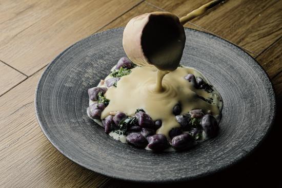 紫芋のニョッキ 菜の花とベーコンのクリームソース チーズソース